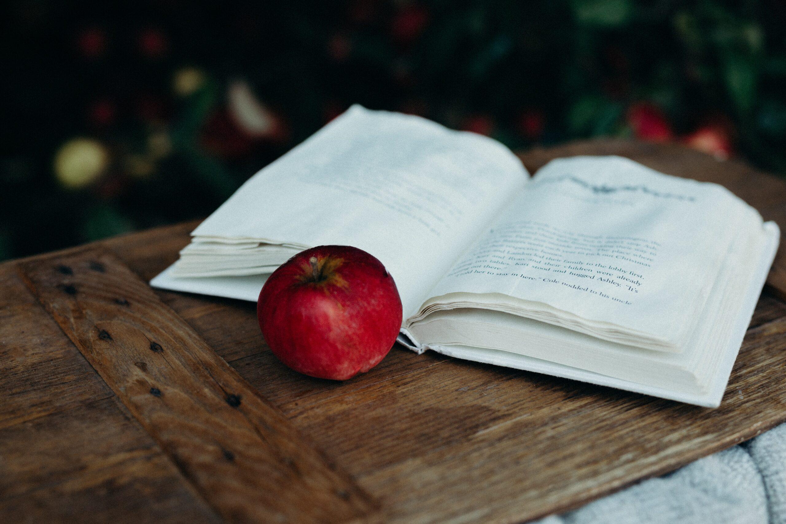 Libro di favole aperto su un tavolo