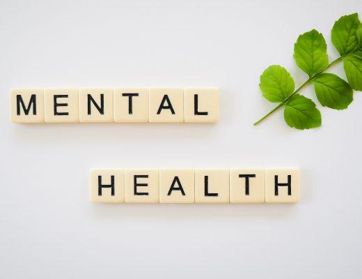 tessere che formano le parole inglesi per salute mentale