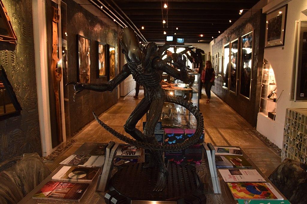 Una galleria di memorabilia a tema film di fantascienza. In primo piano una creatura aliena