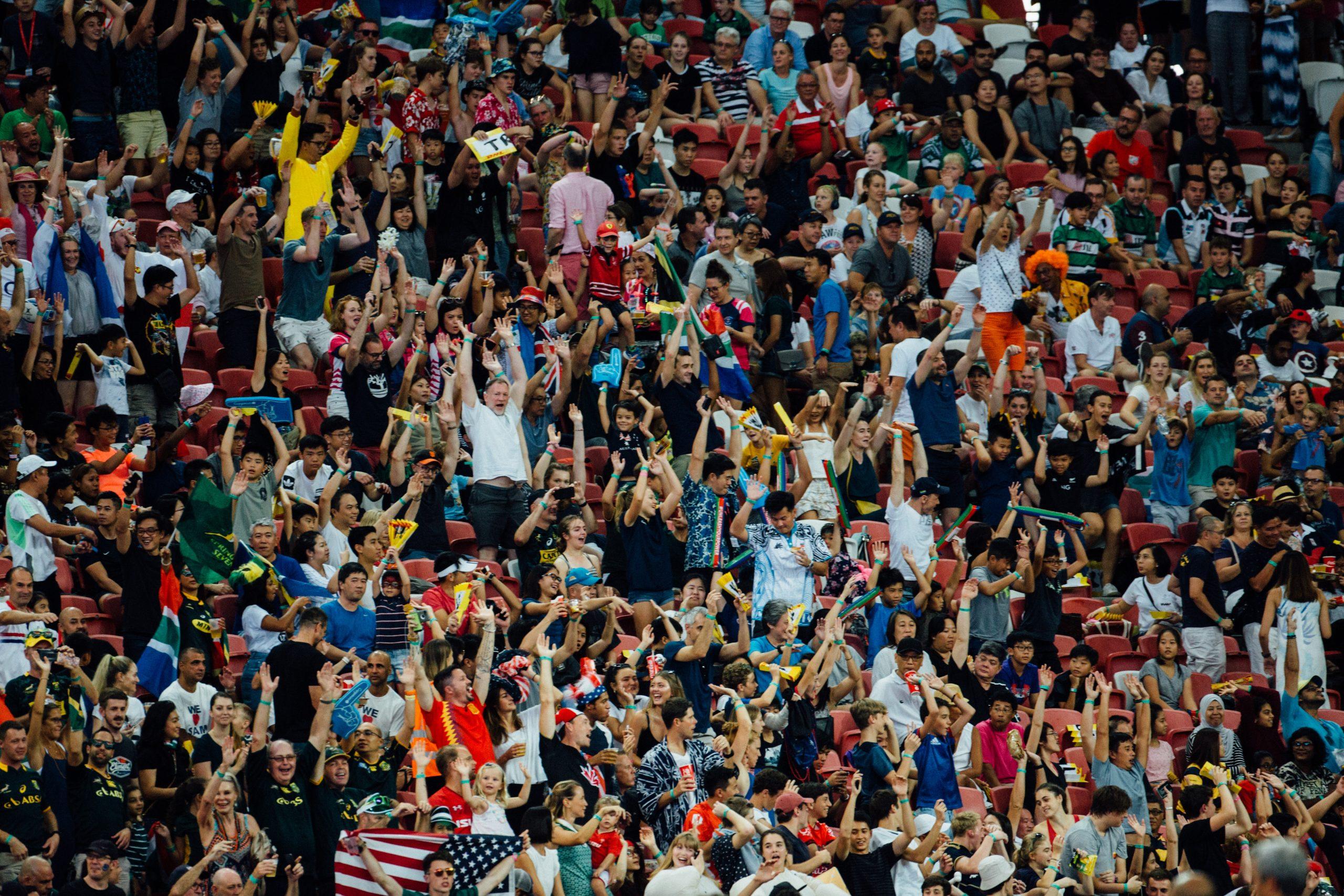 Tifosi allo stadio che esultano